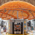 Questa macchina trasforma le bucce d'arancia in bicchieri di bioplastica